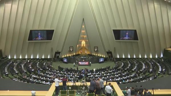 イラン議会の18人のメンバーが総じて辞任した