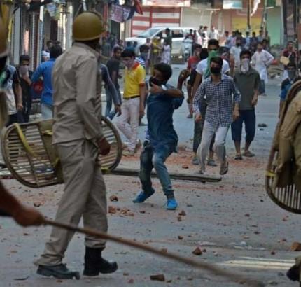 インド軍は14人の若者を殺し、200人以上の人を負傷させた