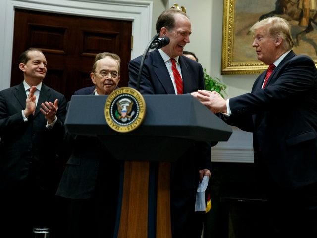 ドナルド・トランプ米大統領と新世界銀行大統領デビッド・マルパス
