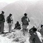 1989年2月15日、アフガニスタン市民が旧ソ連の兵士たちを見ていた。