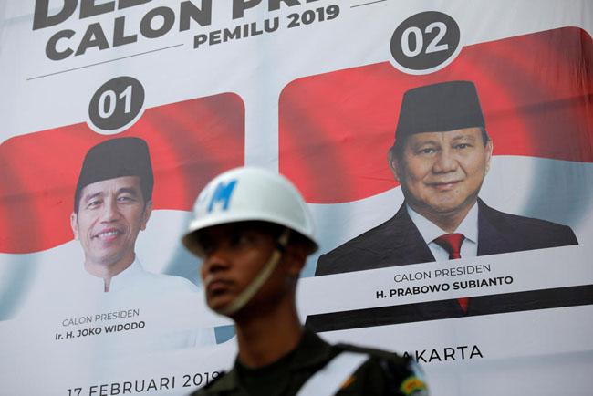 現大統領のヨコ・ウィドド大統領は、大統領選挙で元軍将校のプラボボ・スビアントの厳しい競争に直面している
