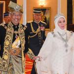 マレーシアの新しい王スルタンアブドゥラと彼の女王、トゥンクアジザアミナマイムナ