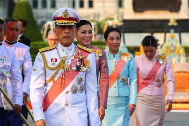 タイの王は6人の宮殿の役人を解雇した