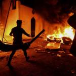 怒った人々がナジャフの南部の都市にあるイラン領事館に火を放った