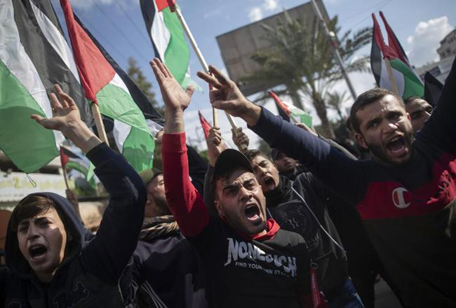 何千人ものパレスチナ人が、占領されたガザでの米イスラエル和平計画を拒否