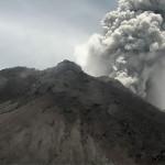 火山からの灰が5,000メートル(16,000フィート)もの大気中に噴出した。