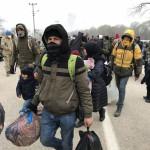 難民はギリシャの国境で長い待機の後に帰国することを決定