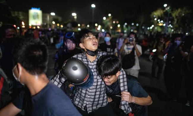 タイの王宮近くでの反政府抗議で30人以上の民間人と警察が負傷した