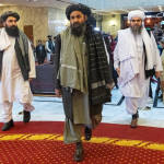 タリバンの共同創設者であるムラ・アブドゥル・ガニ・バラダール(C)とタリバンの他のメンバーがモスクワでの国際会議に出席するために到着する