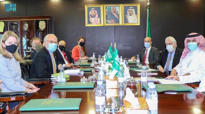 イエメンのアブド・ラッボ・マンスール・ハディ大統領がリヤドでイエメンのティム・レンデルキングの米国特使に会う