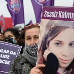 抗議者たちは土曜日に「あなたは一人で歩くことは決してないだろう」というスローガンの下でイスタンブールで判明した