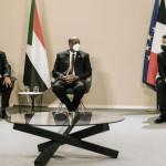フランスのエマニュエルマクロン大統領は、スーダンのアブドラハムドゥク首相と軍事支配者のアブデルファッタバーハン将軍と共に式典に出席します。